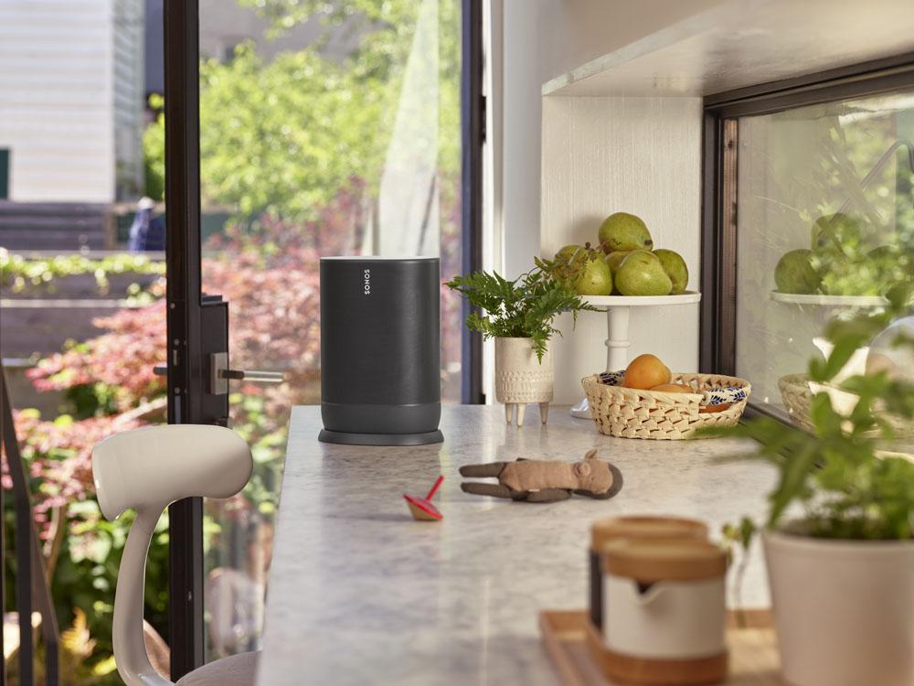 6_SONOS_Move_ShadowBlack_lifestyle_kitchen